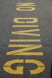 Amarelo vertical nenhum sinal do mergulho em Asphalt Pavement Fotos de Stock Royalty Free