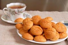 amaretti μπισκότων τραγανό τσάι πιάτ&o στοκ εικόνες