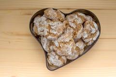 Amaretti caseiro dos biscoitos no formulário da lata do coração Imagens de Stock Royalty Free