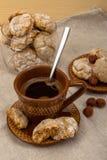 Amaretti, filiżanka, ceramiczny spodeczek z ciastkami Zdjęcie Stock