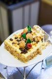 Amaretto e bolo de queijo da passa, sobremesa imagens de stock