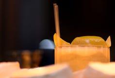 Amargo de whisky adornado con el detalle del limón Imagenes de archivo