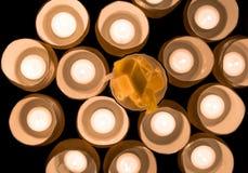 Amargo de whisky adornado con el limón desde arriba con las velas Foto de archivo libre de regalías