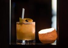 Amargo de whisky adornado con el limón en vidrio pasado de moda Imágenes de archivo libres de regalías