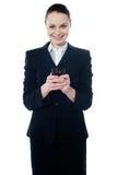 Amarican weibliches behilfliches Texting lizenzfreies stockfoto