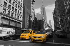 Amarillea los taxis en el 5to sistema de pesos americano NYC Imagen de archivo libre de regalías