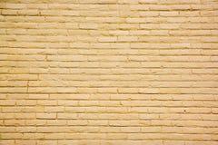 Amarillee el fondo de la pared de ladrillo Fotografía de archivo libre de regalías