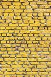 Amarillee la pared de ladrillo pintada de un edificio abandonado viejo en fondo de la textura de Sofía, Bulgaria imagen de archivo libre de regalías