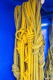 Amarillee las cuerdas de la nave Fotografía de archivo