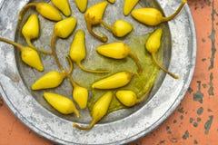 Amarillee las pimientas de chile conservadas en vinagre, cales frescas, pimientas de chile rojo secadas picantes Imagen de archivo