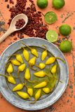 Amarillee las pimientas de chile conservadas en vinagre, cales frescas, pimientas de chile rojo secadas picantes Imágenes de archivo libres de regalías