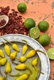 Amarillee las pimientas de chile conservadas en vinagre, cales frescas, pimientas de chile rojo secadas picantes Imagen de archivo libre de regalías