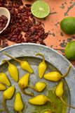 Amarillee las pimientas de chile conservadas en vinagre, cales frescas, pimientas de chile rojo secadas picantes Foto de archivo libre de regalías