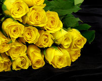 Amarillee las rosas en el negro Fotografía de archivo libre de regalías