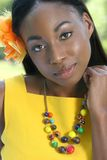 Amarillo africano de la mujer: Sonrisa y feliz Foto de archivo libre de regalías