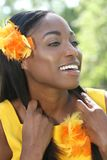 Amarillo africano de la mujer: Sonrisa y feliz Imagen de archivo libre de regalías