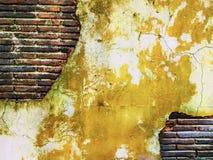Amarillo antiguo del viejo de la pared de ladrillo vintage creativo sucio del arte Imagenes de archivo