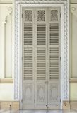 Amarillo antiguo que talla la puerta de madera del templo tailandés Fotografía de archivo libre de regalías