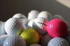 Amarillo blanco rosado colorido de las pelotas de golf fotografía de archivo