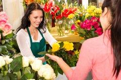 Amarillo de compra de la floristería del cliente alegre del florista Foto de archivo