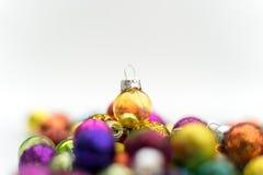 Amarillo de cristal de la decoración de la Navidad en el top Foto de archivo libre de regalías