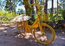 Amarillo de la bicicleta Fotos de archivo libres de regalías