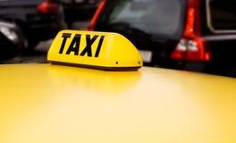 Amarillo de la muestra del taxi Fotos de archivo libres de regalías