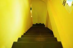 Amarillo de la pared del cemento con la escalera Fotos de archivo