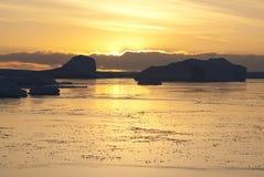 Amarillo de la puesta del sol en el antártico. imagenes de archivo