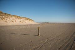 Amarillo de poste de la playa Imagen de archivo libre de regalías