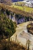 Amarillo del río y de las montañas Fotos de archivo libres de regalías