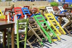 Amarillo rethymnon Grecia del verde del día de Creta de las sillas imagen de archivo
