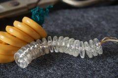 Amarillo y botones de costura transparentes, tijeras en punche de la aguja foto de archivo libre de regalías