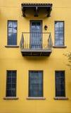 Amarillo y edificio de Brown en la configuración tropical Foto de archivo libre de regalías