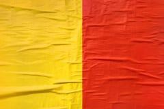 Amarillo y rojo imprimió textura del papel de cartel Imagen de archivo