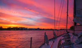 Amaring从小船的日落视图 免版税图库摄影