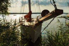 Amarré naviguant le yacht au lever de soleil, lac Photos libres de droits