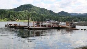 amarração de flutuação no lago vídeos de arquivo