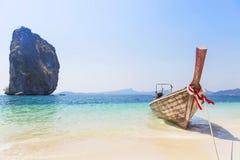 Amarração do barco de Longtail na praia tropical com a rocha da pedra calcária na ilha de Poda Foto de Stock