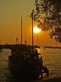 Amarração do barco na baía longa do Ha foto de stock