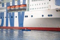 Amarração do navio e do barco de passageiro no porto de Genoa, Itália foto de stock royalty free