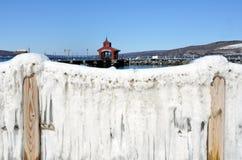 A amarração vazia desliza no porto de Seneca Lake durante o inverno atrasado Fotografia de Stock
