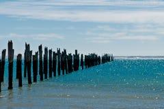 Amarradura putrefacta hermosa en una playa fotos de archivo libres de regalías