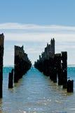 Amarradura putrefacta hermosa en una playa fotos de archivo