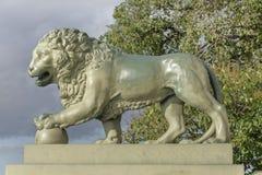 Amarrage avec des lions chez l'Amirauté à St Petersburg Photos stock