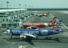 Amarrage d'avion à l'aéroport international photo stock