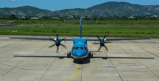 Amarrage d'avion d'ATR 72 à l'aéroport photo stock