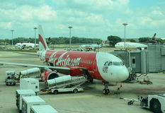 Amarrage d'avion d'AirAsia à l'aéroport de Changi Photographie stock libre de droits