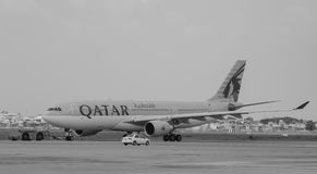 Amarrage d'avion du Qatar à l'aéroport de Tan Son Nhat dans Saigon, Vietnam Photos stock