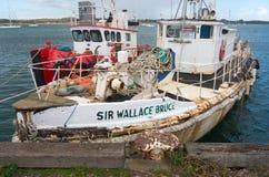 Amarrage de barge de travail dans le port image libre de droits